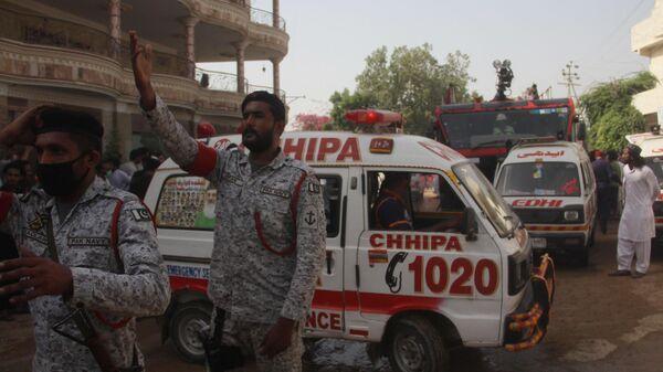 Военнослужащие и автомобили скорой помощи на месте крушения пассажирского самолета Airbus A-320 авиакомпании Pakistan International Airlines (PIA) в Карачи