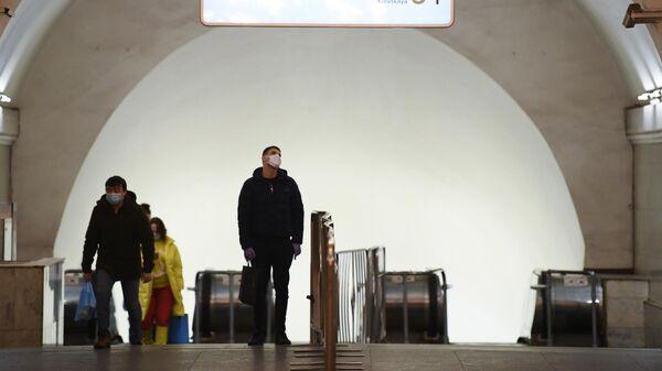 Пассажиры на станции метро Киевская в Москве