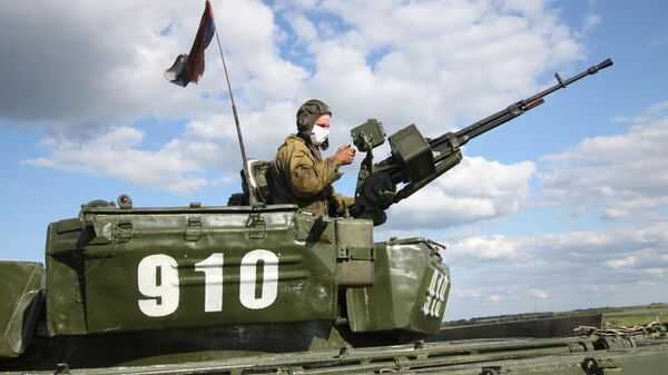 Боец Народной милиции ДНР во время учений в Донецкой области на передовой линии соприкосновения ДНР с Украиной