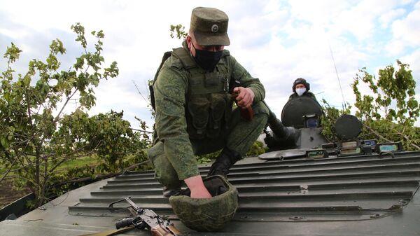 Бойцы Народной милиции ДНР во время учений в Донецкой области на передовой линии соприкосновения ДНР с Украиной