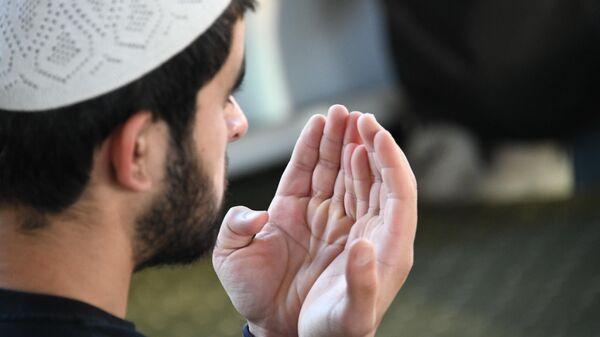 Верующий в Читинской соборной мечети во время прямой трансляции праздничной молитвы в режиме онлайн