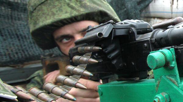 Военнослужащий Народной милиции ДНР на линии разграничения между ДНР и Украиной