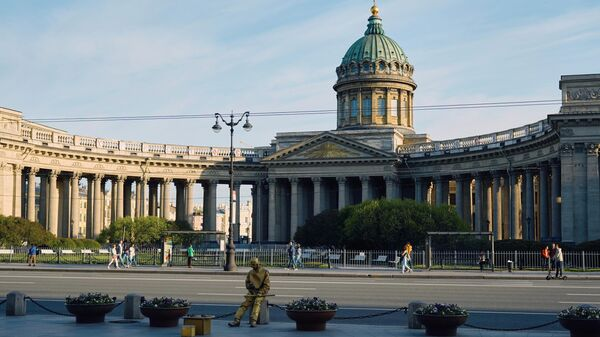 Отдыхающие около Казанского собора в Санкт-Петербурге