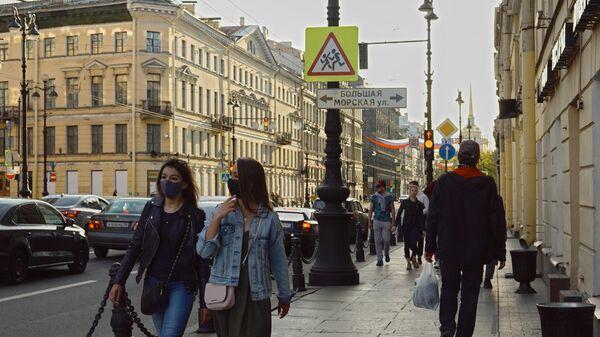 Прохожие на Невском проспекте в Санкт-Петербурге