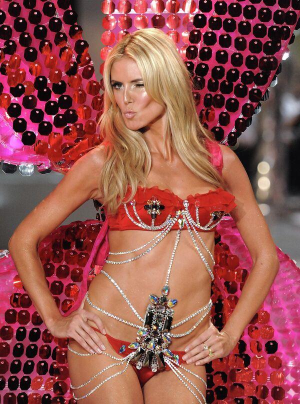 Модель Хайди Клум во время показа Victoria's Secret. 2008 год