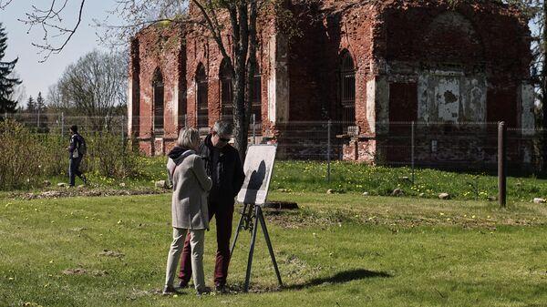 Посетители в Усадьбе Марьино (усадьба Строгановых и князей Голициных), открытой для посещения в Тоснеском районе Ленинградской области