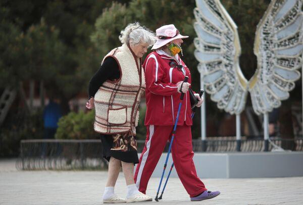 Пожилые женщины на набережной Алушты после отмены режима самоизоляции в Крыму