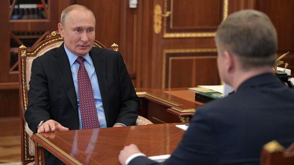 Президент РФ Владимир Путин и генеральный директор - председатель правления ОАО РЖД Олег Белозеров во время встречи