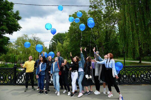 Выпускники средней школы отпускают воздушные шары после празднования последнего звонка в парке Гагарина в Симферополе