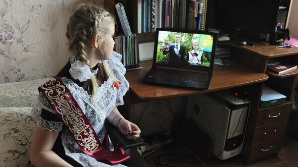 Выпускница 11 А класса МАОУ СОШ №33 Яна Юрьева смотрит онлайн - трансляцию последнего звонка у себя дома в Тамбове