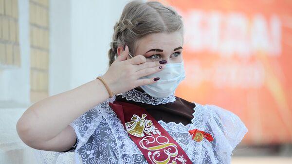 Выпускница в школьной форме в день последнего звонка на улице Интернациональная в Тамбове
