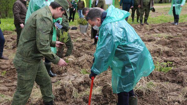 Участники акции Сады памяти сажают деревья вблизи памятника Героям-панфиловцам в Подмосковье
