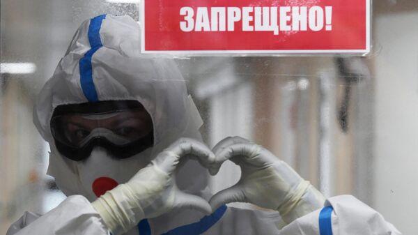 Медицинский работник в красной зоне госпиталя COVID-19 на базе Национального медицинского исследовательского центра хирургии имени А. В. Вишневского в Москве