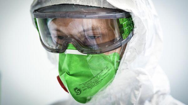 Врач из Самары Илья Чайников во время своей смены в инфекционном отделении Центральной клинической больницы РЖД - Медицина