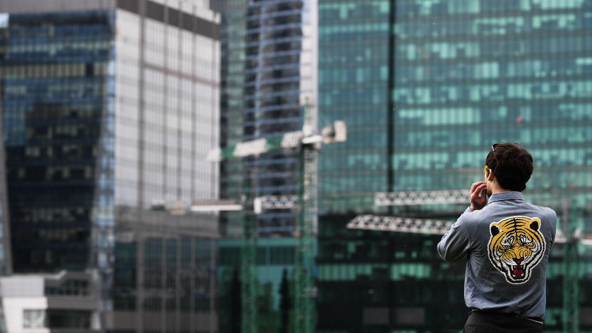 Молодой человек на набережной Тараса Шевченко в Москве - РИА Новости, 1920, 20.11.2020