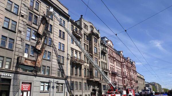 Спасатели участвуют в ликвидации обрушения в Центральном районе в Санкт-Петербурге