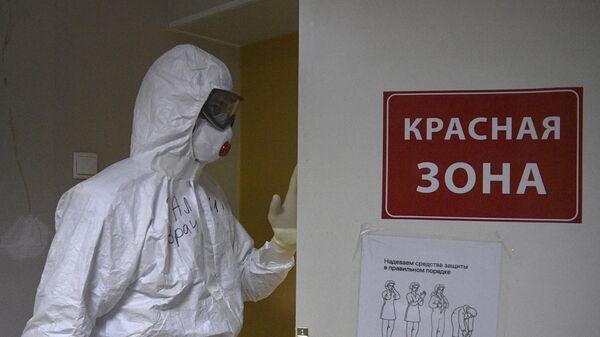 Медицинский работник в госпитале COVID-19 в больнице No122 им. Л. Г. Соколова в Санкт-Петербурге