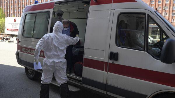 Прием пациента в госпитале COVID-19 в больнице No 122 им. Л. Г. Соколова в Санкт-Петербурге