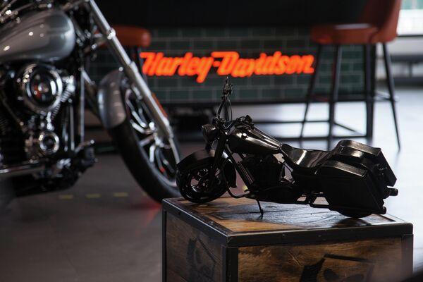 Миниатюрная копия модели мотоцикла Harley-Davidson Road King представлена в мотосалоне Harley-Davidson в городе Тюмень