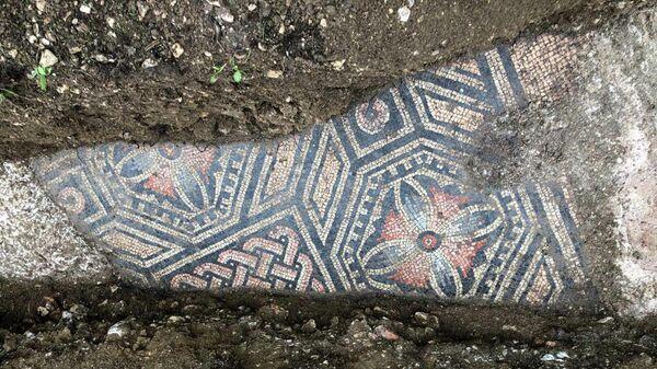 Мозаичный пол и фундамент древнеримской виллы на месте раскопок в Вероне