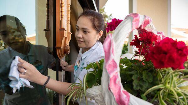 Сотрудница санатория Октябрьский в Сочи моет окно