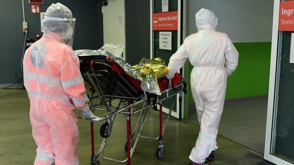 Медицинские работники и пациент в миланской больнице Поликлинико