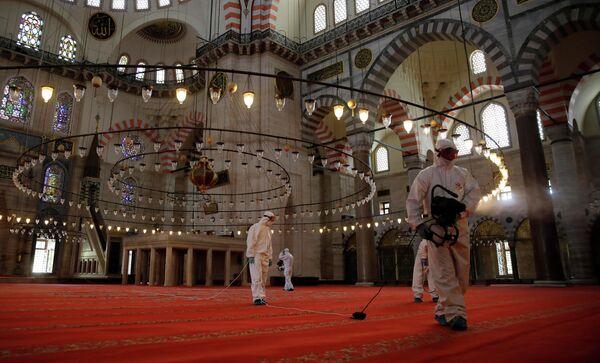 Дезинфекция мечети Сулеймание в Стамбуле