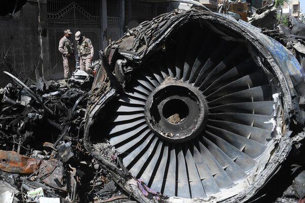 На месте крушения пассажирского самолета Airbus A-320 авиакомпании Pakistan International Airlines (PIA) в Карачи