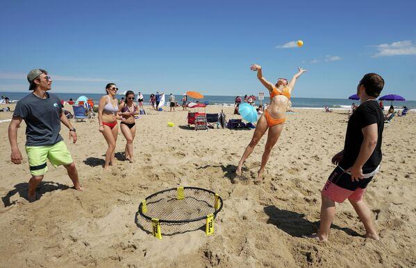 Отдыхающие на пляже в Мэриленде, США