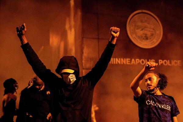 Протестующие возле полицейского участка в Миннеаполисе