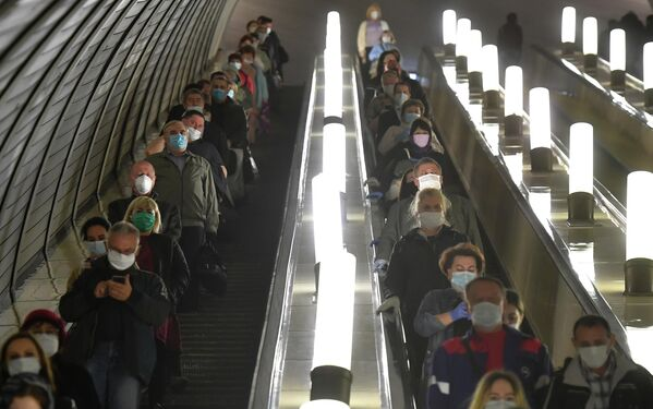 Пассажиры спускаются на эскалаторе станции Комсомольская Московского метрополитена