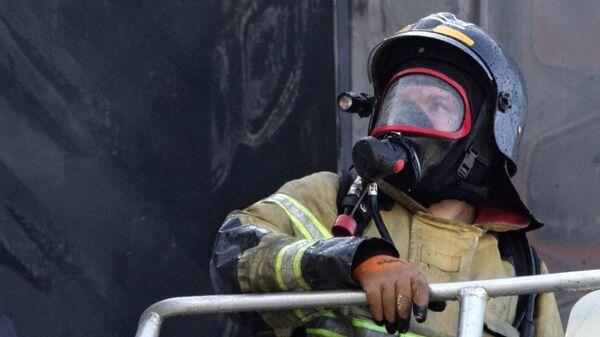 Сотрудники пожарной службы МЧС РФ во время тушения возгорания бизнес-центра Парус в Тюмени