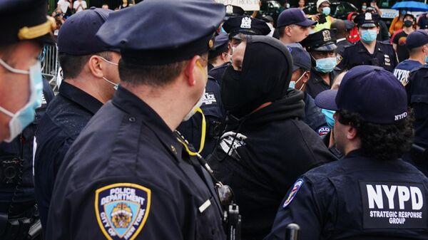 Полицейские задерживают одного из участников протеста на одной из улиц Нью-Йорка