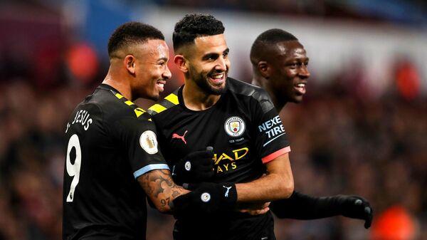 Полузащитник Манчестер Сити Рияд Марез празднует гол с одноклубником Габриэлем Жезусом