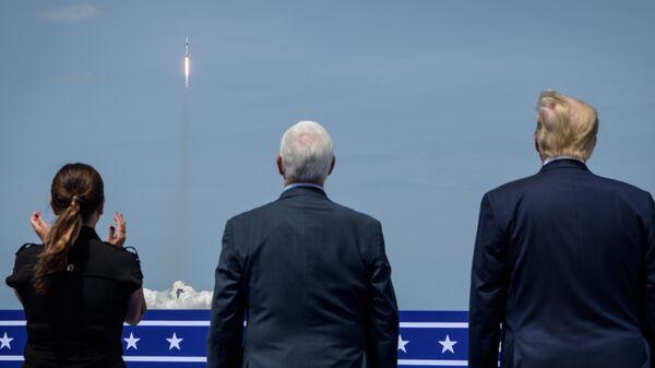 Президент США Дональд Трамп, вице-президент США Майкл Пенс и супруга вице-президента США Карен Пенс следят за первым пилотируемым запуском корабля Crew Dragon