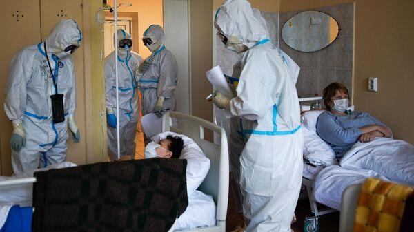 Медицинские работники и пациенты в госпитале для зараженных коронавирусной инфекцией COVID-19 в Твери