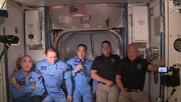 Астронавты NASA перешли с корабля Crew Dragon на МКС