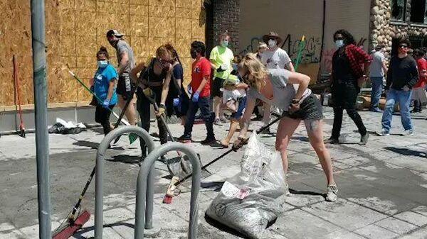 Жители Миннеаполиса убирают улицы после ночных беспорядков