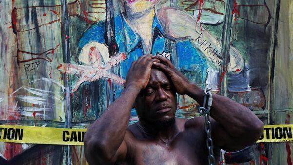 Участник протеста, вызванного смертью афроамериканца Джорджа Флойда, на одной из улиц Нью-Йорка