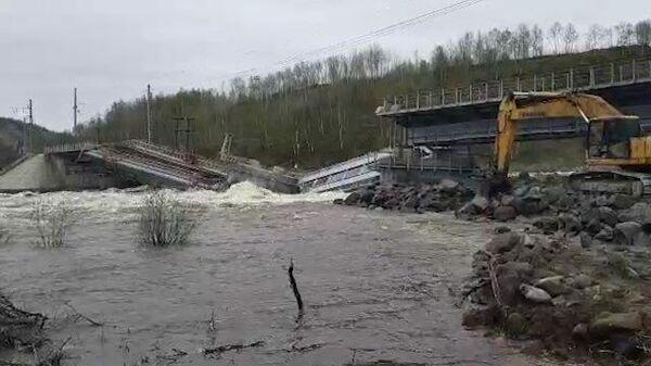 Кадры обрушившегося железнодорожного моста в Мурманске