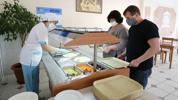 Первые отдыхающие в столовой санатория ДиЛуч в Анапе