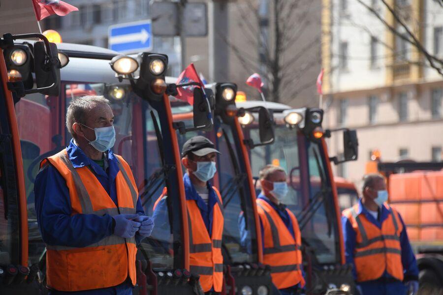 Сотрудники коммунальных служб перед выездом на дезинфекцию улиц Москвы