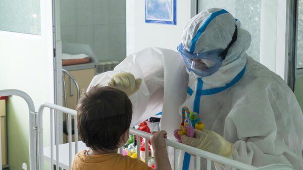 Медик с юным пациентом ГБУЗ ДГКБ им. З.А. Башляевой