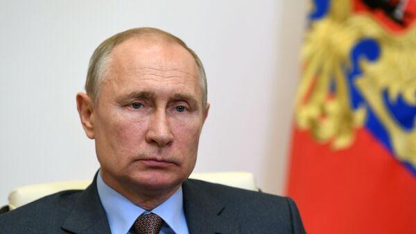 Президент РФ Владимир Путин во время встречи в режиме видеоконференции с председателем правительства РФ Михаилом Мишустиным