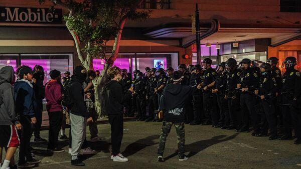 Во время акции протеста в Сан-Диего, штат Калифорния