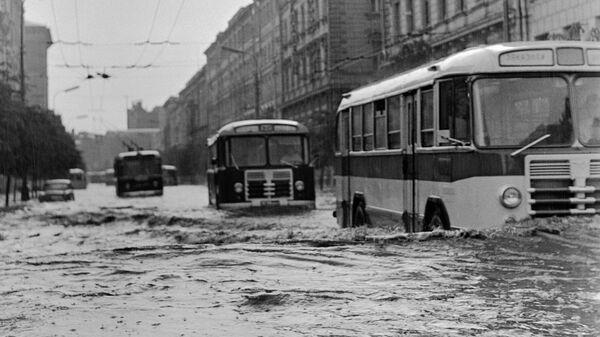 Городской транспорт движется по затопленным улицам города