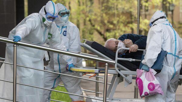 Медики транспортируют пациента в приемное отделение национального медицинского центра эндокринологии Минздрава России