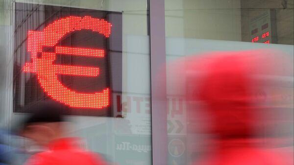 Официальный курс евро на среду снизился на 15 копеек