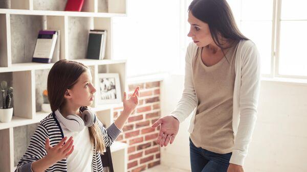 Ссора между матерью и дочерью подростком