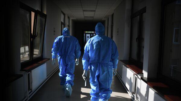 Врачи в госпитале COVID-19
